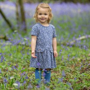 Blauw jurkje van organisch katoen met witte bloemetjes