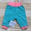 Turquoise broekje van organisch katoen met roze boordjes