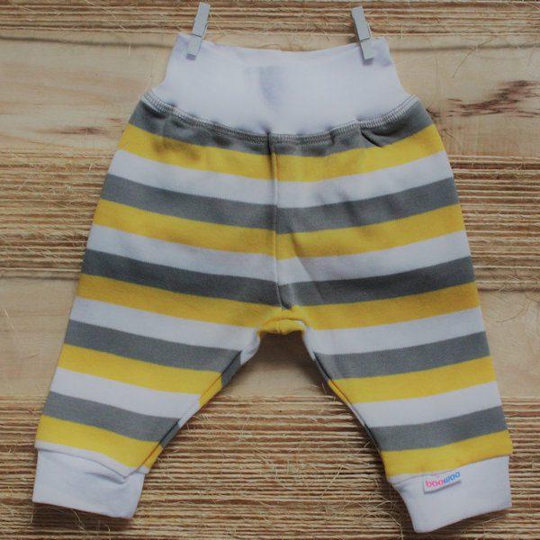 Wit broekje van organisch katoen met grijze en gele strepen
